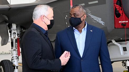 El ministro de Defensa, Benny Gantz, y su homólogo estadounidense, Lloyd Austin, durante una visita a la base aérea de Nevatim en el sur de Israel, la semana pasada. . ( Foto: Embajada de Estados Unidos )