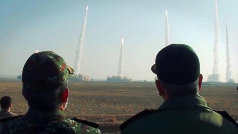 Funcionarios de defensa iraníes observan el lanzamiento de misiles balísticos durante un simulacro en enero de 2021.