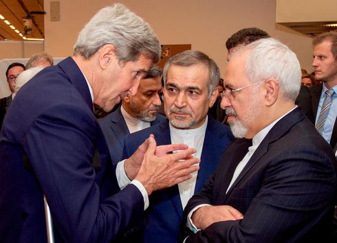 En 2015, el entonces secretario de Estado de Estados Unidos, John Kerry, se reunió con el ministro de Relaciones Exteriores de Irán, Mohammad Javad Zarif.