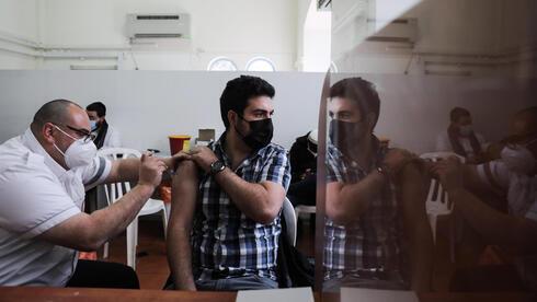 Un hombre recibe la vacuna contra el coronavirus en Jerusalem.