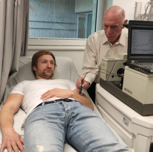 El profesor Abraham Katzir, al frente de la investigación, prueba la tecnología.