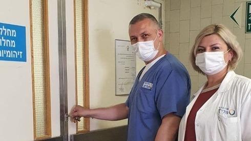 Miembros del equipo médico del hospital Hillel Yafe, en Hadera, cierran la última sala de coronavirus de la institución.