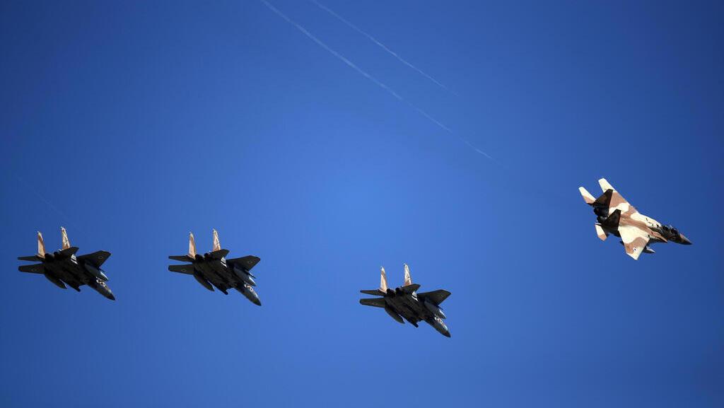 Aviones militares participan en diversos simulacros de combate en Grecia.