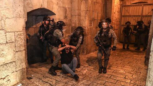 Enfrentamientos entre policías israelíes y palestinos en Jerusalem Este.
