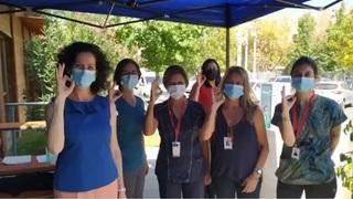 La embajadora Marina Rosenberg posa junto a los empleados de salud que son parte del operativo de vacunación chileno.