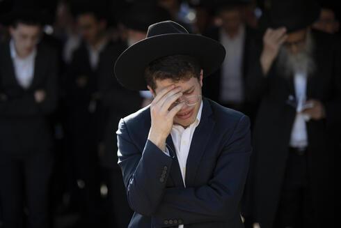 Un joven de Petah Tikva llora a una de las víctimas de la tragedia.