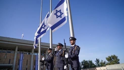 Banderas a media asta en señal de duelo por la tragedia de Meron frente a la Knesset.