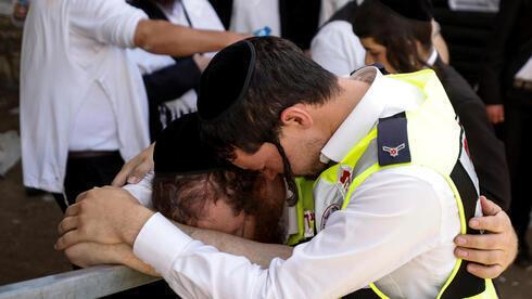 Paramédicos lloran tras la tragedia en el monte Merón.
