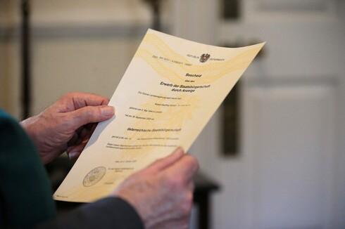 Robert Geoffrey William Anderson, curador retirado del Museo Británico sostiene el decreto de ciudadanía austriaca que se le otorgó.