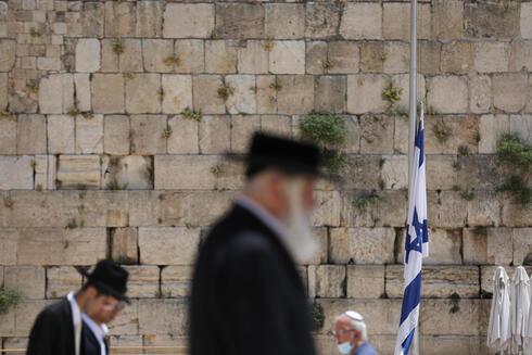 La bandera de Israel a media asta en el Muro de los Lamentos en homenaje a las víctimas del desastre de Merón.