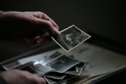 Robert G. W. Anderson repasa fotos de su infancia.