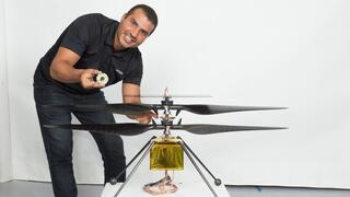 Loay Elbasyouni con el modelo del dron-helicóptero que voló en Marte.