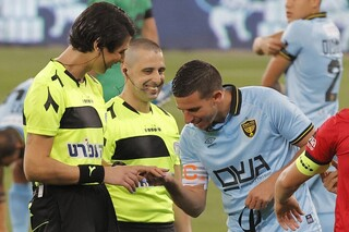 La árbitra Sapir Berman, el futbolista Idan Vered, las sonrisas de los presentes y una foto que recorre el mundo del fútbol.