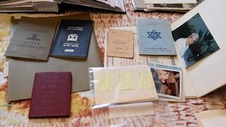 Documentos pertenecientes al abuelo de Noah Rohrlich, quien huyó del nazismo en Austria.