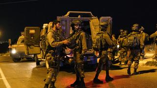 Combatientes israelíes buscan a los autores del atentado.
