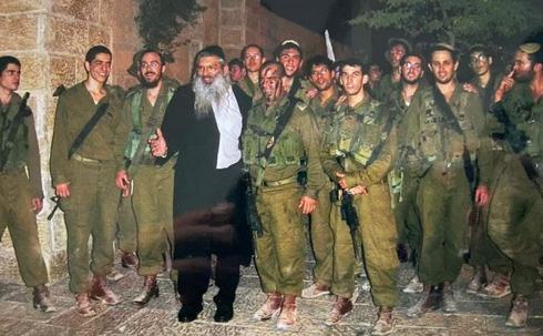 El rabino Tzarfati se ofrecía a menudo como voluntario para ayudar a los soldados de las FDI.