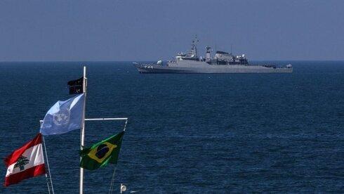 Un buque de la armada israelí navega cerca de la zona en disputa.