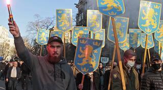 Neonazis ucranianos participan en la Marcha del Bordado en Kiev.