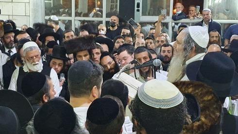 Cientos de personas acudieron al funeral de Tzarfati.