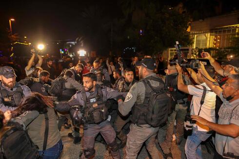 Fuerzas de seguridad israelíes detienen a un palestino en enfrentamientos durante un desalojo en el barrio de Sheikh Jarrah en Jerusalem.