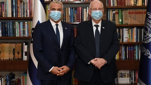 Yair Lapid, líder de Yesh Atid (izquierda), y el presidente Reuven Rivlin.