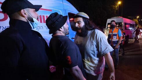 Un ciudadano judío confronta a un manifestante palestino frente a la casa de una familia judía en Sheikh Jarrah.