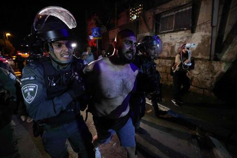 Un manifestante palestino es detenido durante las protestas en el barrio Sheikh Jarrah.