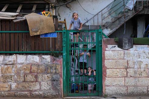 Una familia judía en su vivienda del vecindario Sheikh Jarrah, en Jerusalem Este.