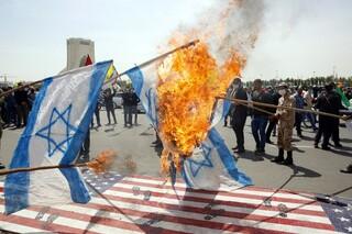 Quema de banderas israelíes y estadounidenses en Teherán.