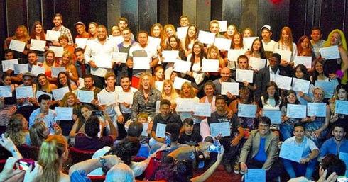 Javo Rocha al centro rodeado de alumnos de teatro en Argentina.
