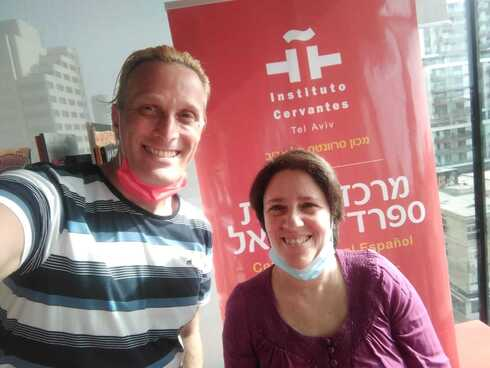 Javo Rocha junto a Einat Talmon, directora cultural del Instituto Cervantes de Tel Aviv.