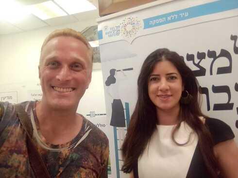 Javo Rocha junto a Clara Ben Aderet, coordinadora del área de habla hispana del Municipio de Tel Aviv.