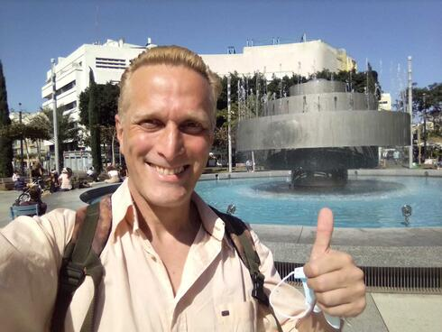 Javo Rocha en la fuente central de la Plaza Dizengoff de Tel Aviv.