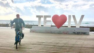 Javo Rocha recorre en bicicleta la zona costera de Tel Aviv.