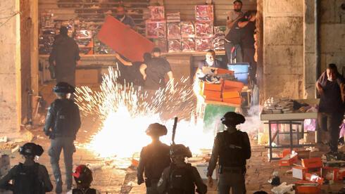 Enfrentamientos entre la policía y jóvenes palestinos en la Puerta de Damasco, uno de los ingresos a la Ciudad Vieja de Jerusalem.