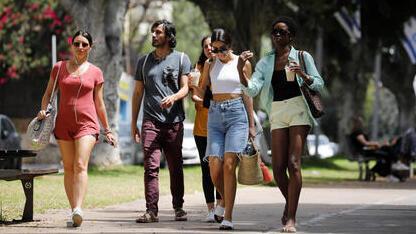 Israelíes caminan por Tel Aviv sin mascarillas.