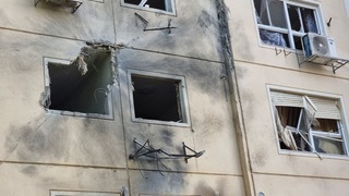 Destrucción en el edificio de Ashkelon impactado por cohetes lanzados desde Gaza.