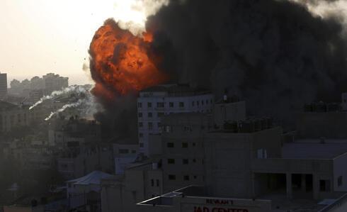 Ataque aéreo israelí sobre un edificio en Gaza.