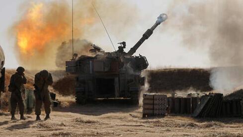 Tropas de las FDI lanzan proyectiles cerca de la frontera con Gaza.