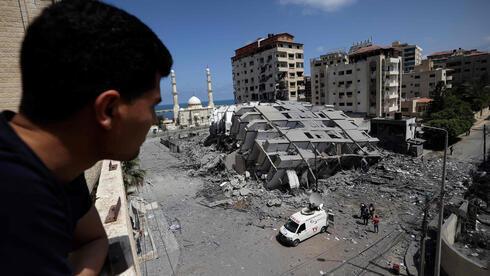 El edificio derribado por un ataque aéreo israelí en Gaza.
