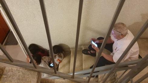 Civiles se refugian en una escalera en un edificio de Tel Aviv durante un ataque con cohetes.