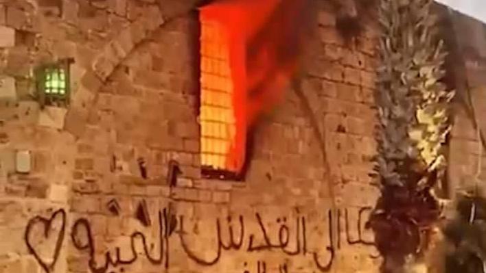 El fuego arde en Acre durante los disturbios del viernes.