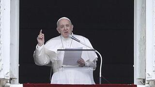 El papa Francisco ofrece un mensaje en la Plaza de San Pedro del Vaticano.