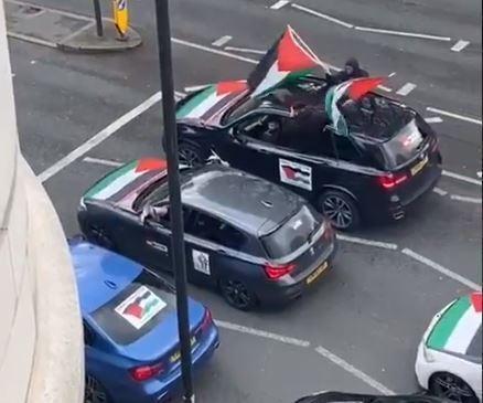 Caravana de automóviles en Londres gritando por altoparlante consignas antisemitas.