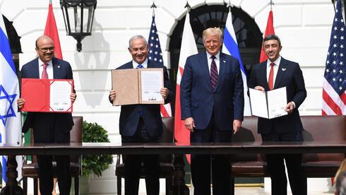 Abdullatif al-Zayani, ministro de Asuntos Exteriores de Bahréin, Benjamin Netanyahu, Donald Trump, presidente de Estados Unidos, y Abdullah bin Zayed Al-Nahyan, ministro de Asuntos Exteriores de Emiratos Árabes Unidos, durante la firma de los Acuerdos de Abraham en la Casa Blanca.