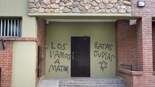 Fachada vandalizada de la Escuela Hebrea de Bahía Blanca.