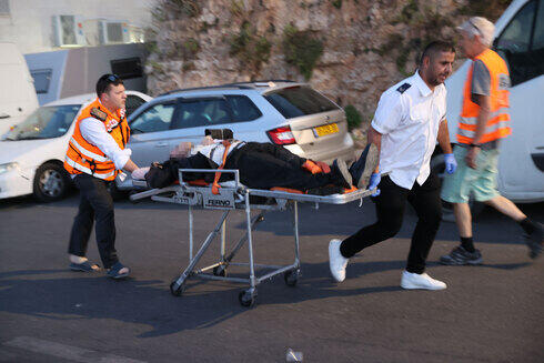 Personal del Magen David Adom traslada a un herido.