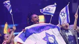 Eden Alene celebra el pase a la final envuelta en la bandera de Israel.