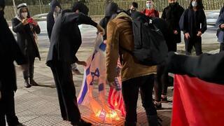 La Embajada condenó la destrucción de símbolos israelíes.