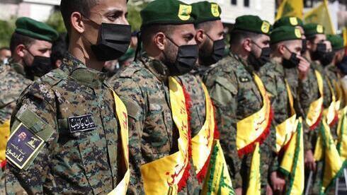 Combatientes de Hezbollah asisten al funeral de su camarada Mohammed Tahhan, quien fue asesinado el viernes por las fuerzas israelíes en la frontera entre Líbano e Israel.